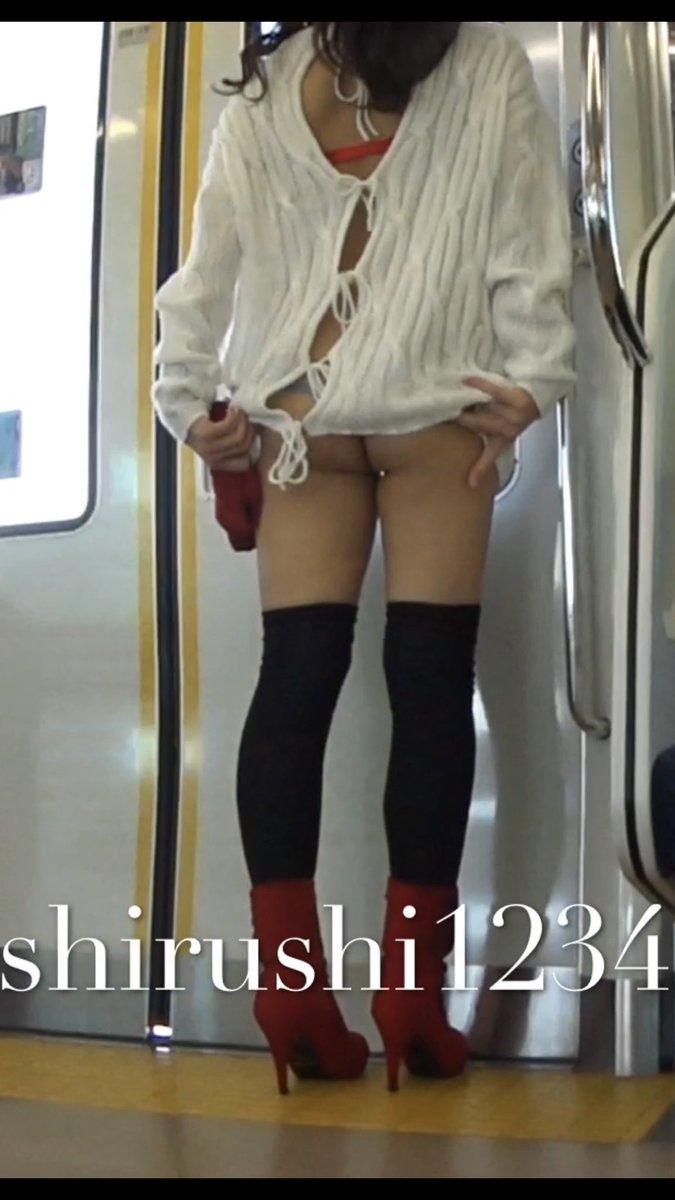 手に持っているものはなんだろう…?#outdoorflashing #publicflashing #チラリズム #exhibicion #upskirt #ビキニ #bikini #露出 #submissive #電車