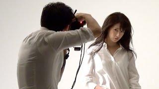 ピース綾部がカメラマンデビュー、モデル神室舞衣と過激なグラビア撮影「エロさ追求した」 写真集『神室舞衣ファースト写真集 photo by 綾部祐二 BED GAME』