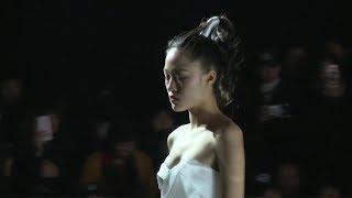 美女模特T台走秀,一對潔白的巨乳迷人眼,轉身的那一刻徹底挑起慾望,這誰招架得住!