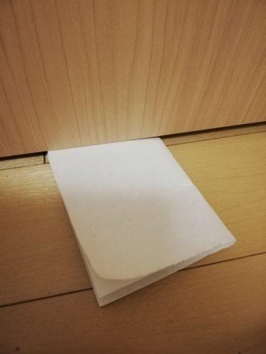 いつもは身内ネタしないんですが今日だけお許しください今、うつらないように扉の下からソッと渡された手紙実は僕、仕事を理由にあまり子供と接してないのですそんな我が子から初めてもらった手紙です内容よりも「初めてもらった手…