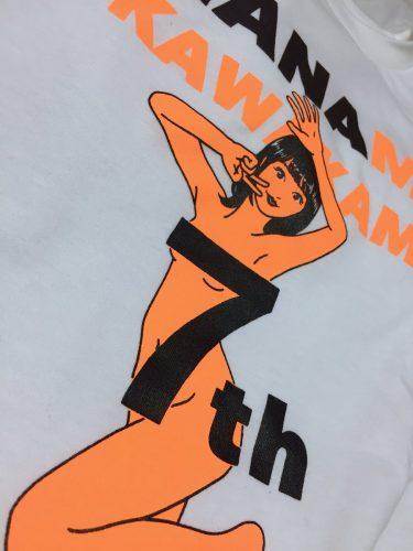 川上奈々美さん7周年記念ティーシャツのためにイラスト描きおろしたよ…!7周年の「7」がディフェンスしてる…!Mサイズ着てみた(自分の肌を盛るために加工が施されているので実際の色味に近いのは1番目だよ)