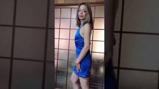 ブルーのミニドレス姿に手ブラで、ちょっと大胆に🍑 私って魅力的❓
