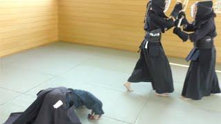 女子剣道の審判をしてパンツが見えたようです。