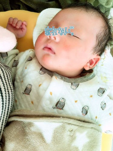 絶対寝ないマン、授乳クッションの上で寝る…(˘ω˘)オフトゥンに置くと泣く…なんなん😇