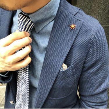 仕事をするうえで服装に困ったらジャケパン一択。紺ジャケ、ブルーシャツにネクタイが至高。パンツは白かグレー。キレイなサイズで着れば、どこに行っても恥ずかしくない。女子ウケもするからデートにもピッタリ。写真は当然、私で…